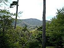 岩戸山(松岳)、正面左側が久志良山.